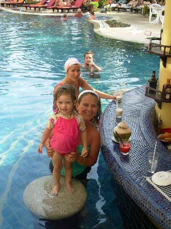 The Front Village Hotel: Happy hour at pool bar