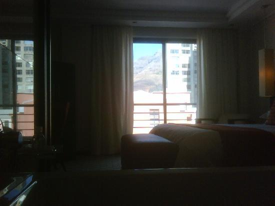 Urban Chic Boutique Hotel: View from the bathroom through the room with Table Mountain in the background