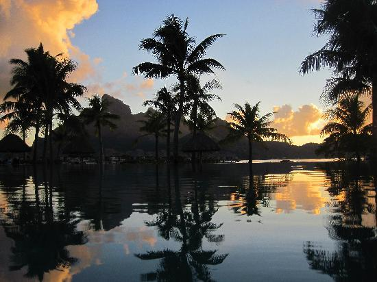 Four Seasons Resort Bora Bora: sunset at the pool area