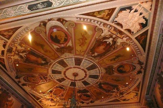 Millennium Biltmore Los Angeles: plafond du hall  de reception