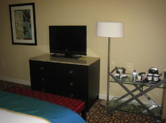Doubletree by Hilton Detroit Downtown - Fort Shelby: Desk / TV area
