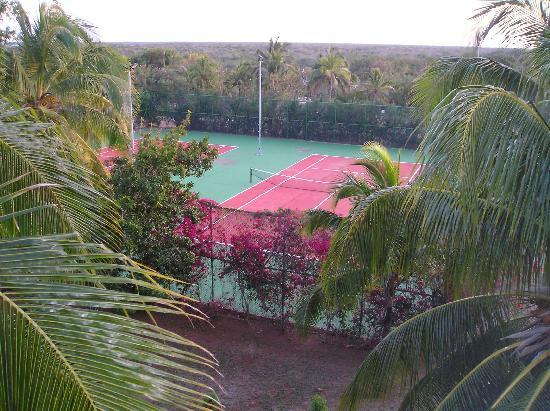 Sol Cayo Coco: Tennis courts at the front of the hotel