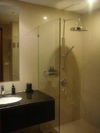 Aonang Cliff Beach Resort: the huuuuge shower