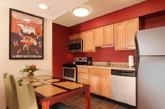 Sonesta ES Suites Omaha: Studio Kitchen