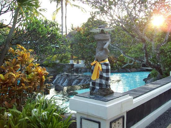 The Laguna, a Luxury Collection Resort & Spa: Hotel grounds