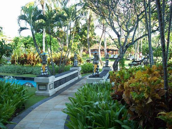 The Laguna, a Luxury Collection Resort & Spa: Hotel garden