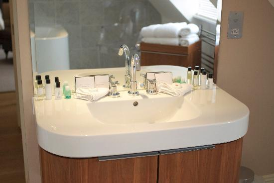 The White Horse Hotel and Brasserie: Newly refurbished bathroom