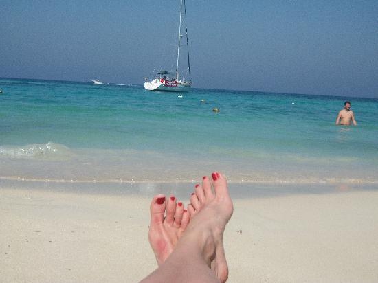 Bananarama Dive & Beach Resort: the beach in front of bananarama