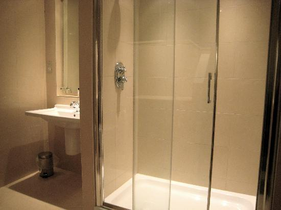 The White Horse Hotel and Brasserie: Oversized shower