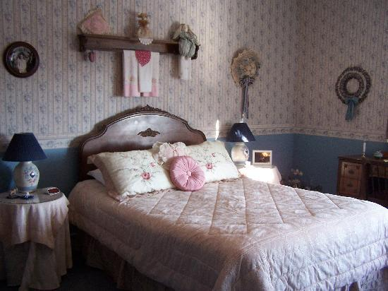 Linda Goodman's Miracle Inn: The Wood room