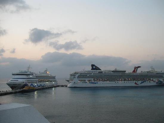 Casa Mexicana Cozumel: view of cruise ships from balcony