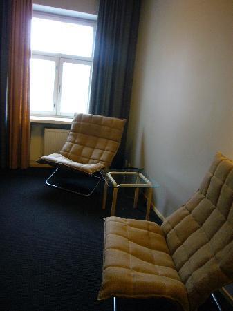 Hotel Helka: エレベーターホールのソファ