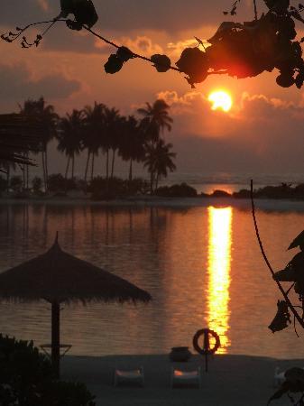 Olhuveli Beach & Spa Maldives: Sunrise from our balcony