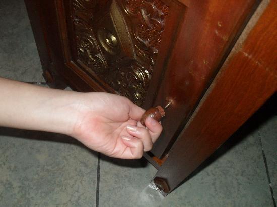 Indian Resort: door handles