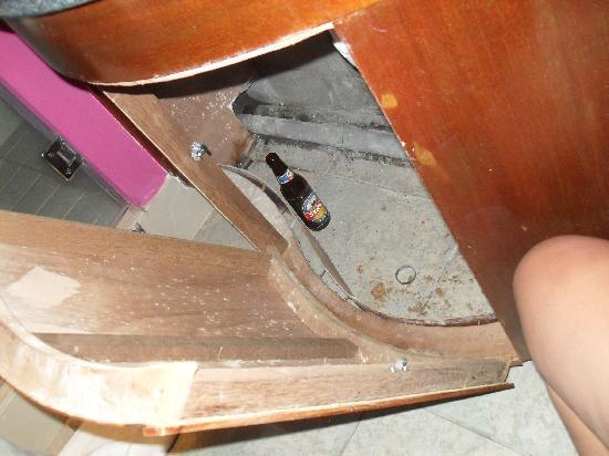 Indian Resort: Bathroom cupboard...need some maintenance