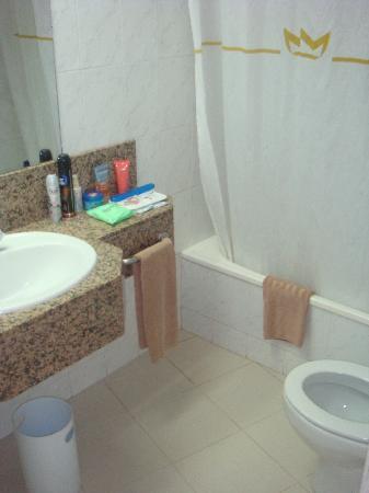 Servatur Waikiki: The bathroom