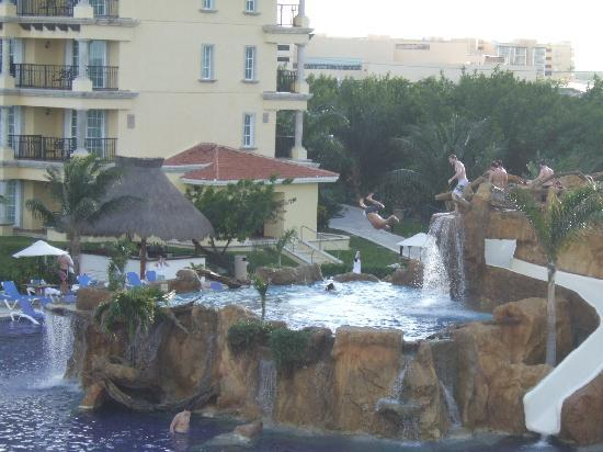 Hotel Marina El Cid Spa & Beach Resort: View of cliff jumpers from balcony