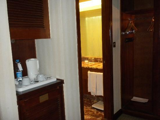Le Grand Amman Managed By AccorHotels: bathroom and closets