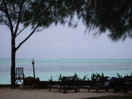 Bluebay Beach Resort and Spa: Looking at the beach from the pool area