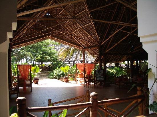 Bluebay Beach Resort and Spa: Entrance to the dining area