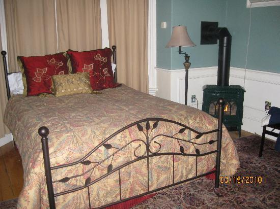 Red Elephant Inn Bed & Breakfast: The Paris Room w/gas fireplace
