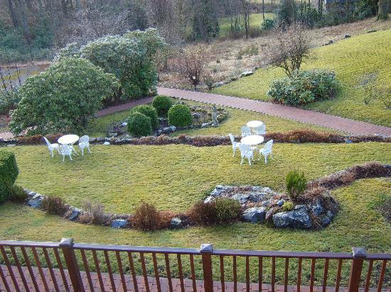 Tarbet House B & B: view of the grounds