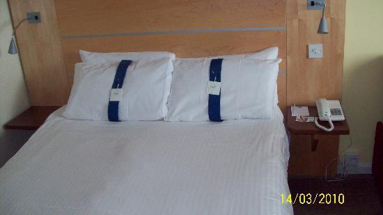 Holiday Inn Express Dunfermline: Standard HI express bed