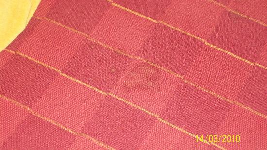 Holiday Inn Express Dunfermline: ..But what was that stain on our sofa!!