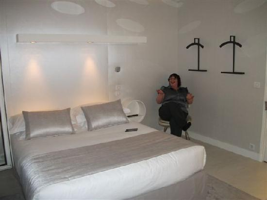Hotel de Banville : me in bedroom