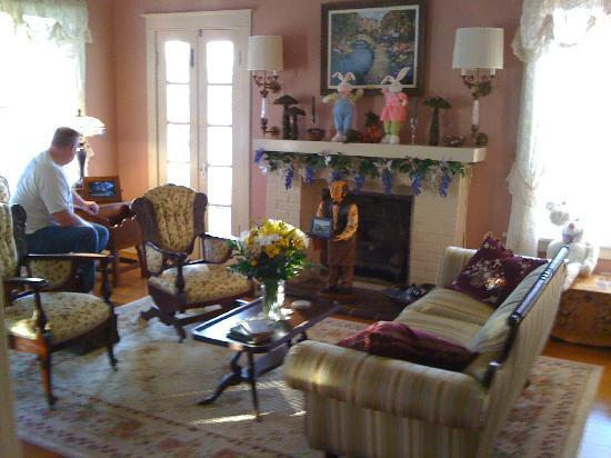 The Carriage House Bed and Breakfast: Parlor