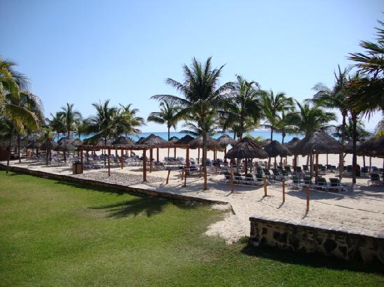 Sandos Playacar Beach Resort: off-limits beach area