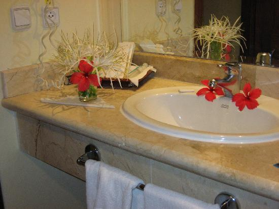 Grand Palladium Punta Cana Resort & Spa: Flowers in our bathroom from the bushes outside our unit