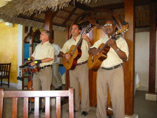 Paradisus Rio de Oro Resort & Spa: Trio Echo - absolutely AMAZING band, lunchtime at the beach restaurant.