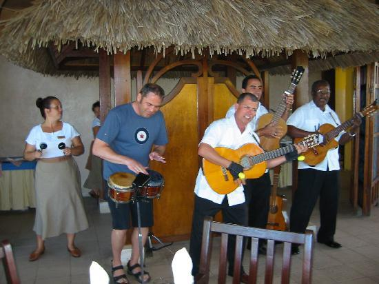 Paradisus Rio de Oro Resort & Spa: Jamming with the Band