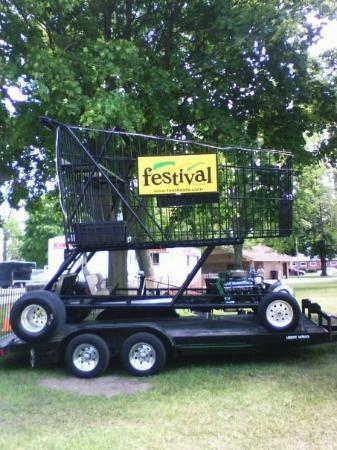 Manitowoc, WI: Festival Foods shopping cart   / car thing