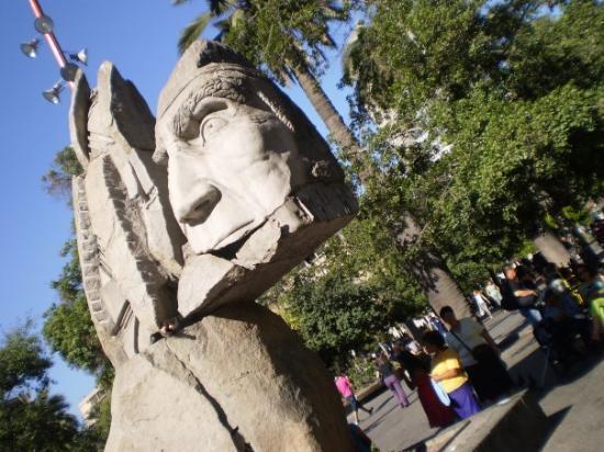 AboutChile: Monumento a los indígenas de Chile, en la Plaza de Armas (Santiago)