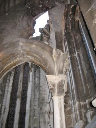 Sé de Lisboa ( Igreja de Santa Maria Maior ): The cathedral archetecture was crumbly, but impressive