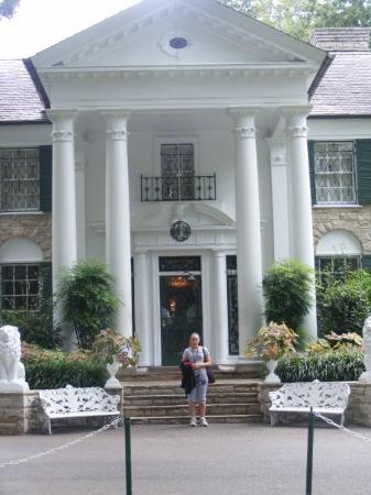 Memphis, TN: ME IN FRONT OF PRESLEY MANSION
