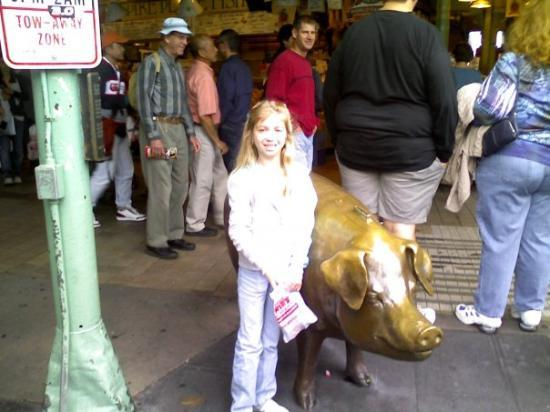 Kenzie and the bronze pig in front of Pike place market!