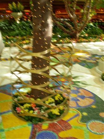 Encore At Wynn Las Vegas: Fense around tree
