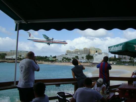 Philipsburg, Saint-Martin / Sint Maarten: These airplanes take off and land only 50 feet from this beach!