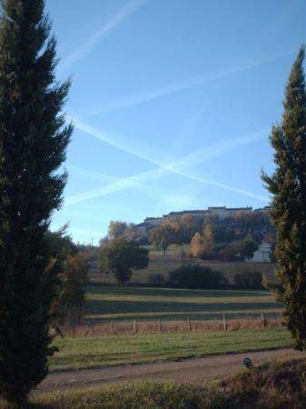 Castelnau-de-Montmiral, Frankrike: Castlenau-de-montmiral with plane trails in sky.