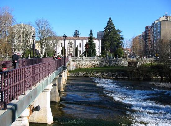Burgos, Spania: El río Arlanzón a su paso por el puente frente al Instituto Cardenal López de Mendoza