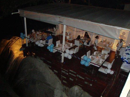 White Box Phuket: Vue sur la terrasse du restaurant