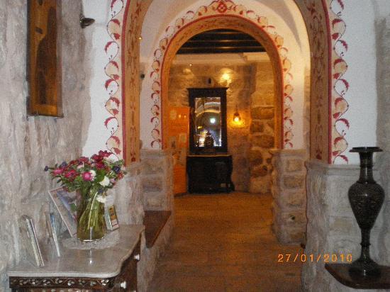 Gloria Hotel: Pasillo desde recepcion a ascensores