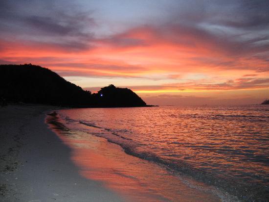 Mana Island Resort: Sunset over North Beach at happy hour