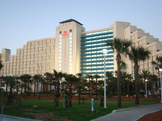 Hilton Daytona Beach Oceanfront Resort: Hotel view from parking