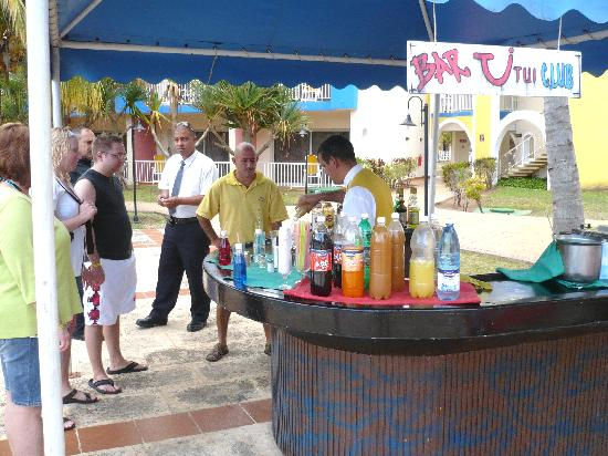 Brisas del Caribe Hotel: Omar at the pool bar