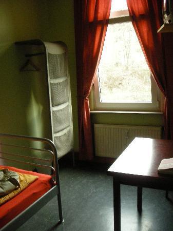Alex 30 Hostel: Single room viewed from the door