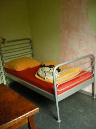 Alex 30 Hostel: Single room's bed
